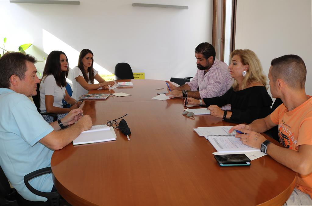 Reunión en el Ayuntamiento entre el alcalde y la concejala de Educación, con los directores y directoras de los CEIPs de la localidad.