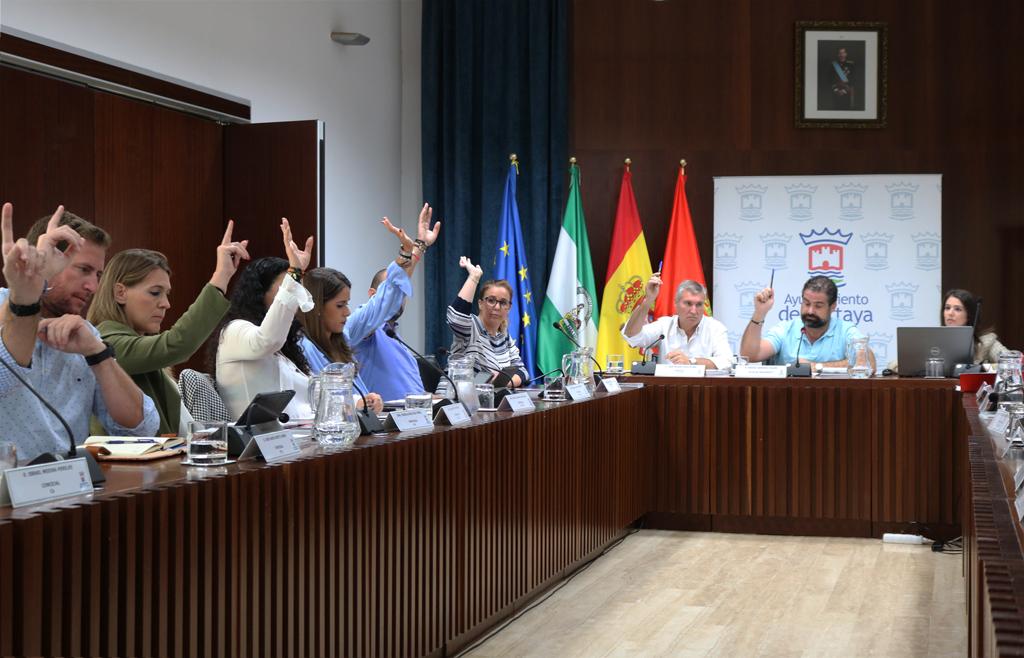 Votación de uno de los puntos del pleno ordinario de septiembre en el Salón de Plenos del Ayuntamiento de Cartaya.