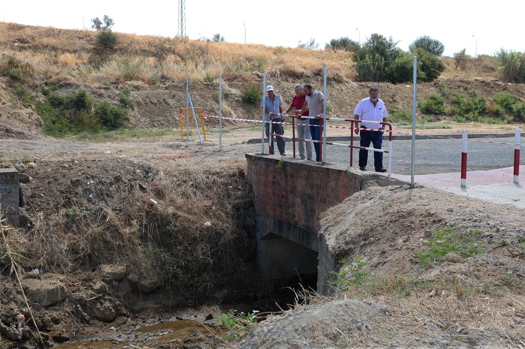 Juan Polo y Cristobal Tavira visitan las obras de limpieza del Arroyo del Pilar