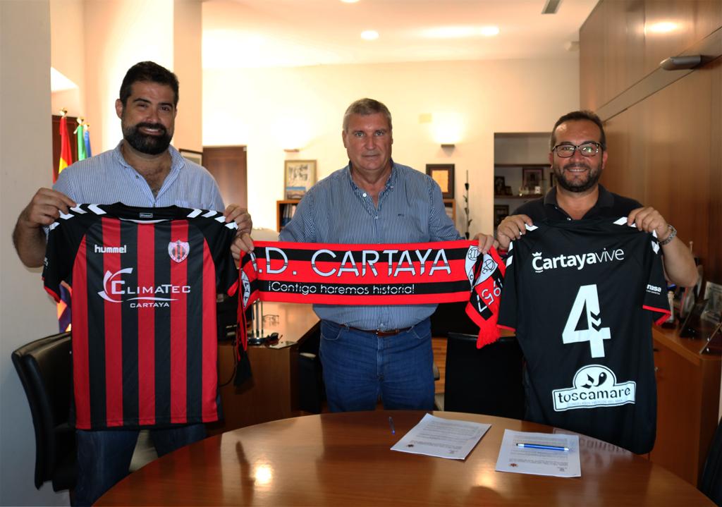 El alcalde, el concejal de Deportes y el presidente del Cartaya sellan el convenio de colaboración en el Edificio Consistorial