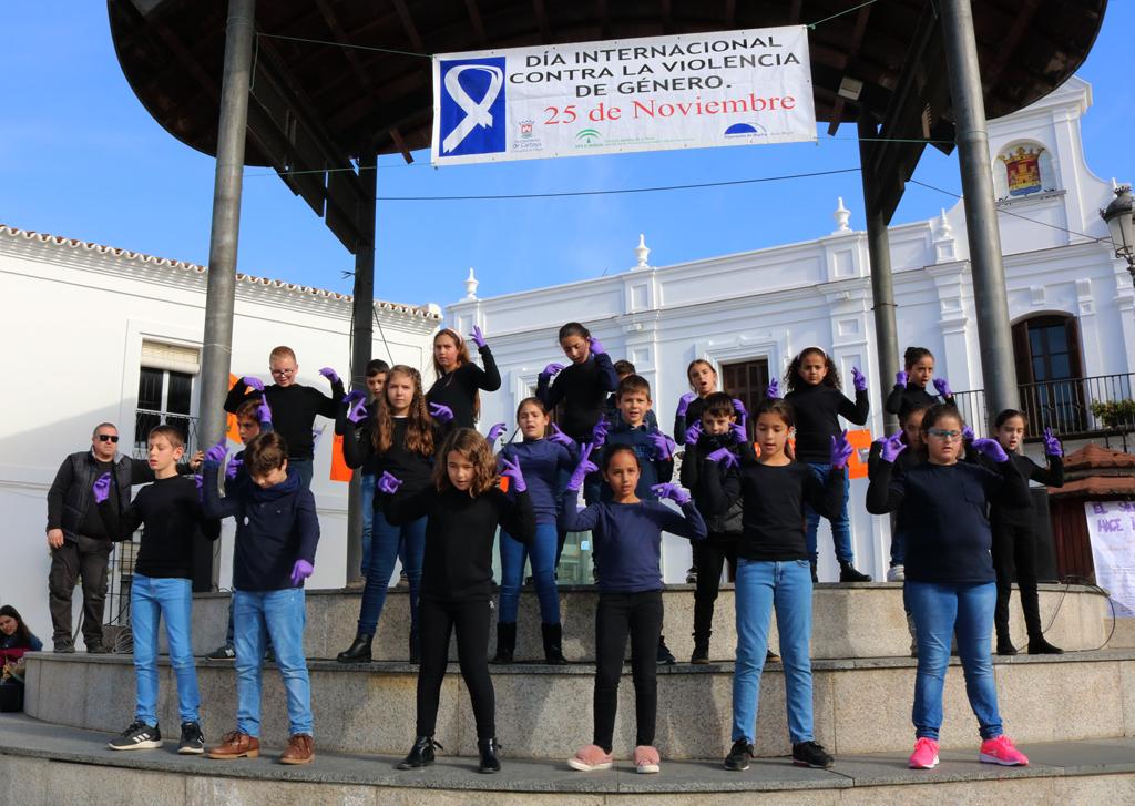 Los escolares cartayeros celebran un acto contra la Violencia de Género en la Plaza Redonda