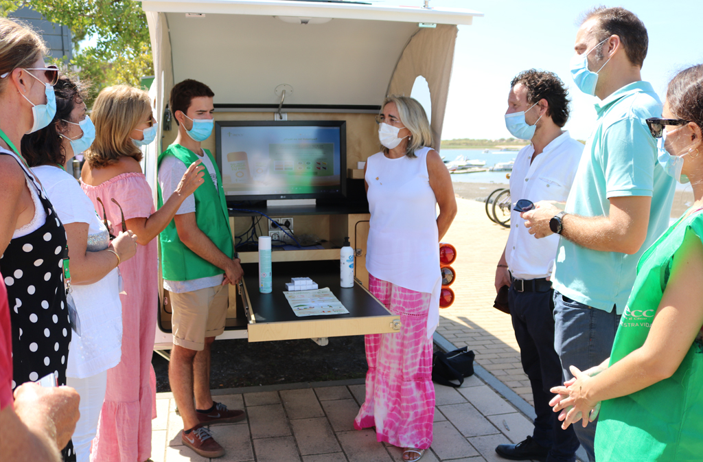 La Caravana contra el cáncer de piel, de la AECC, recala en el Muelle de Marina El Rompido, en Cartaya, esta semana.