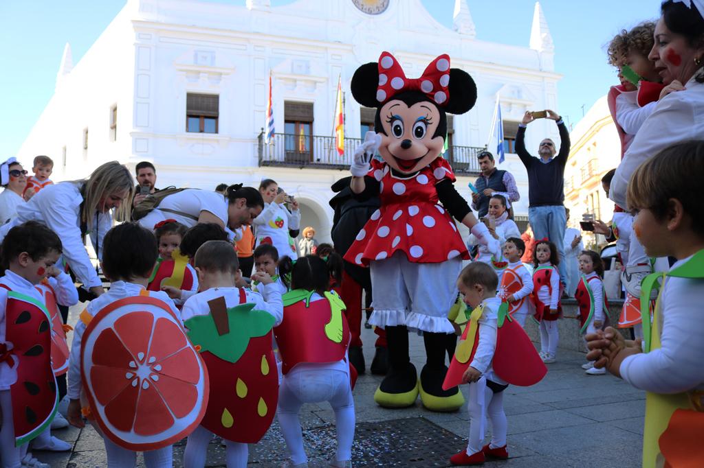 Los pasacalles infantiles de guarderías y colegios llenan de alegría y vida el centro de Cartaya.
