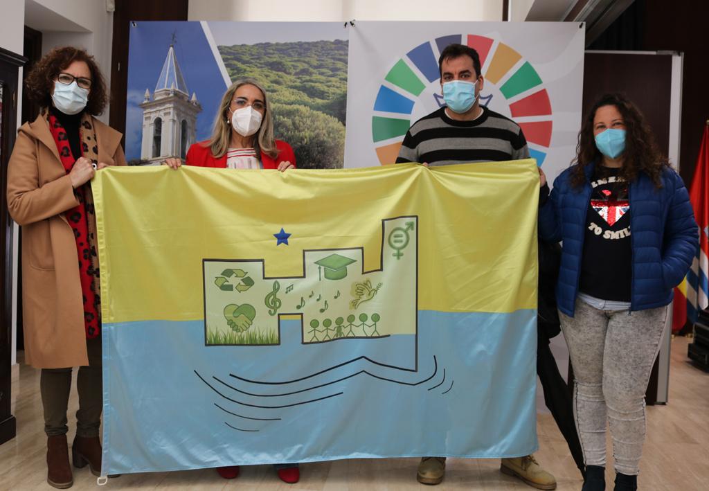 El CEIP 'Castillo de los Zúñiga' presenta al Ayuntamiento la Bandera Oficial del Centro