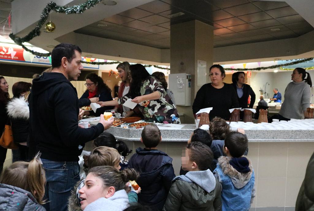 El Ayuntamiento de Cartaya, con la colaboración de las AMPAs , organizan 'Chocolatadas' para los escolares cartayeros en el Mercado de Abastos.