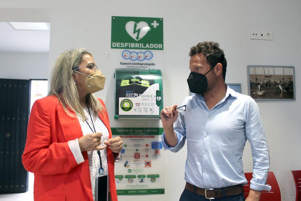 El Ayuntamiento instala el primer espacio cardioprotegido en El Rompido