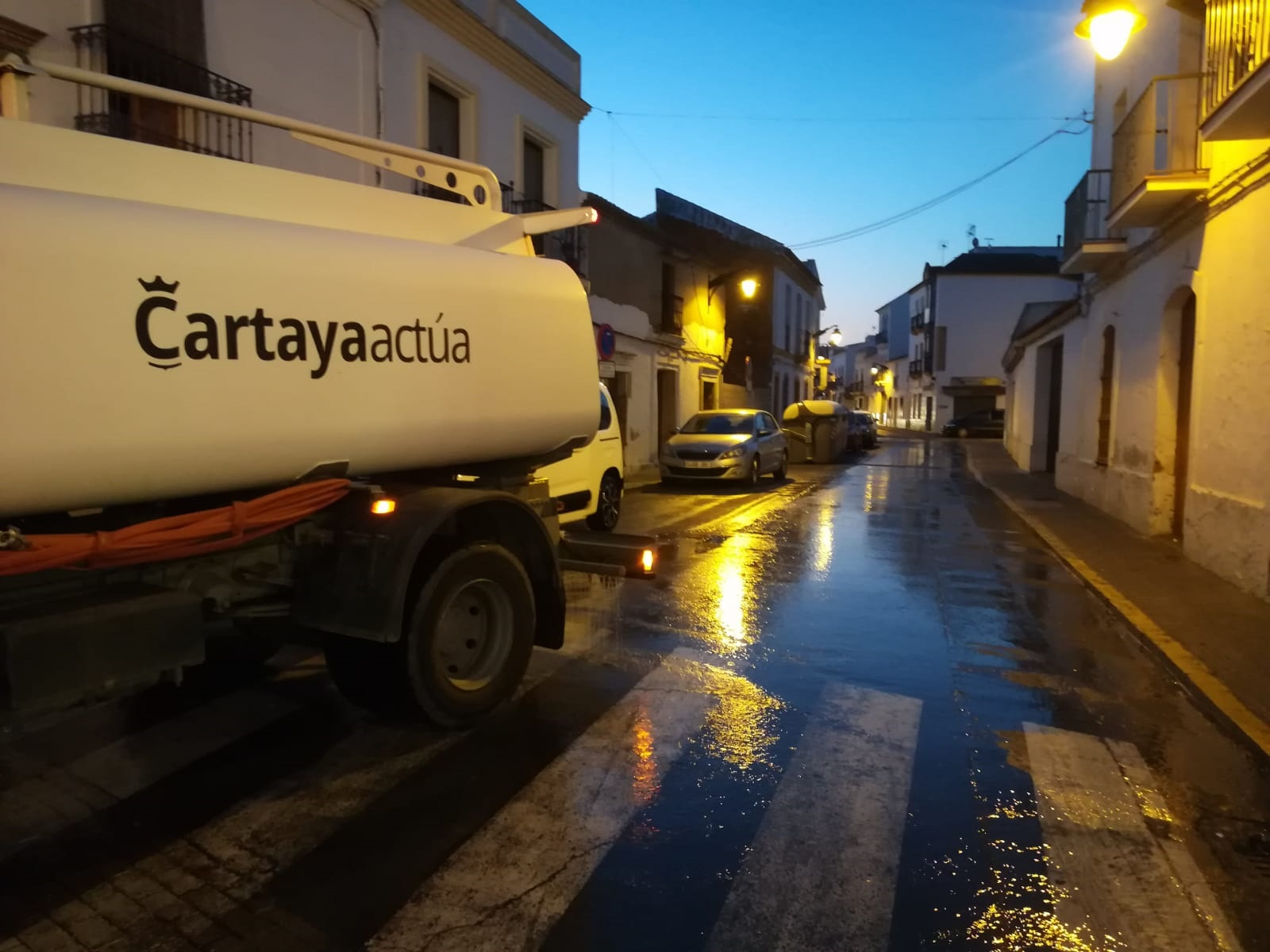 El Ayuntamiento de Cartaya intensifica la desinfección de calles y espacios públicos en la localidad por el coronavirus.