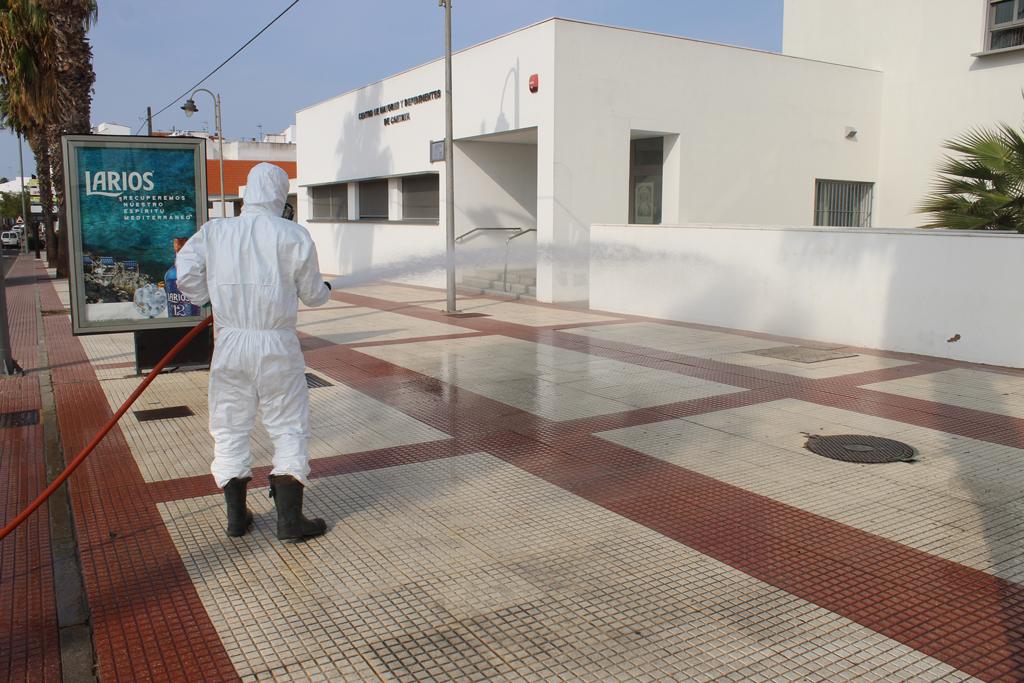 Imagen de archivo de las tareas de desinfección del Centro de Mayores y Dependientes de Cartaya.