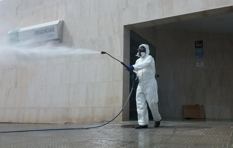 El Ayuntamiento intensifica la desinfección contra el COVID-19 en la localidad.