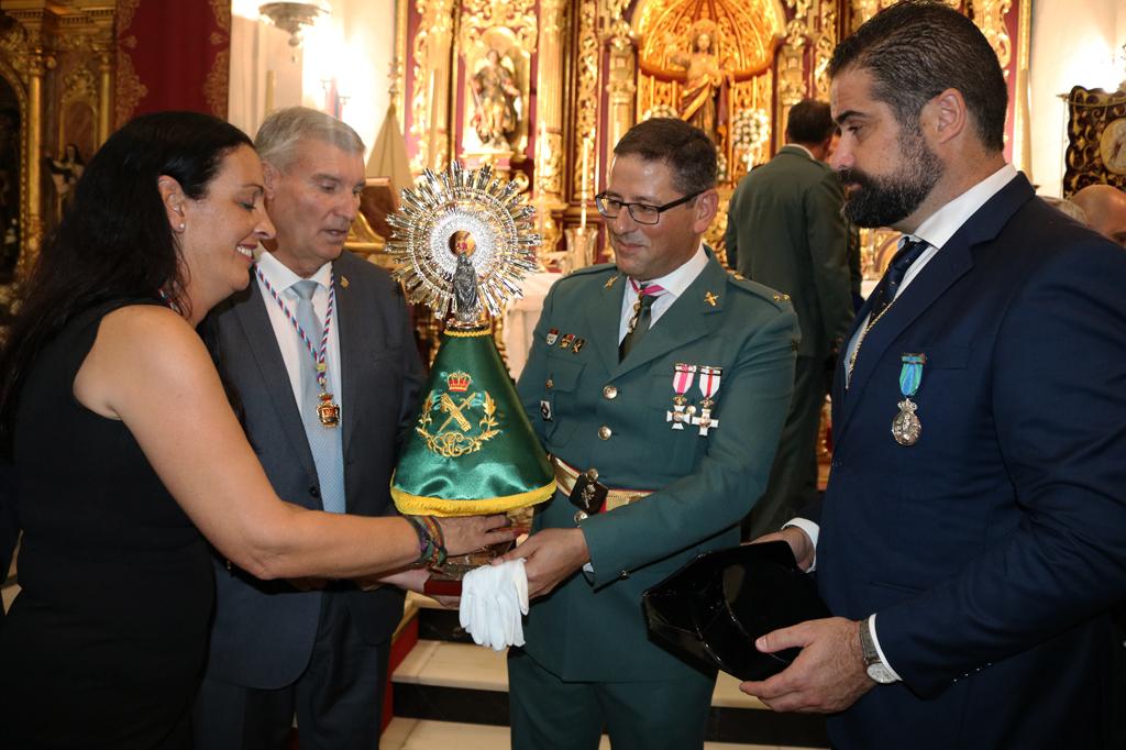 El Ayuntamiento de Cartaya entrega una Imagen de la Virgen del Pilar a la Guardia Civil en el Día de la Patrona del Cuerpo.
