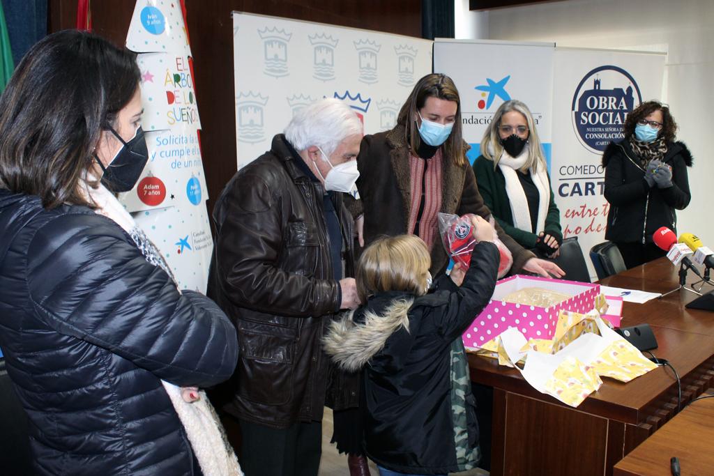 Una decena de niños y niñas cartayeros reciben sus regalos de reyes gracias a la Fundación La Caixa, y el Ayuntamiento y el Comedor Social colaboran con la iniciativa.