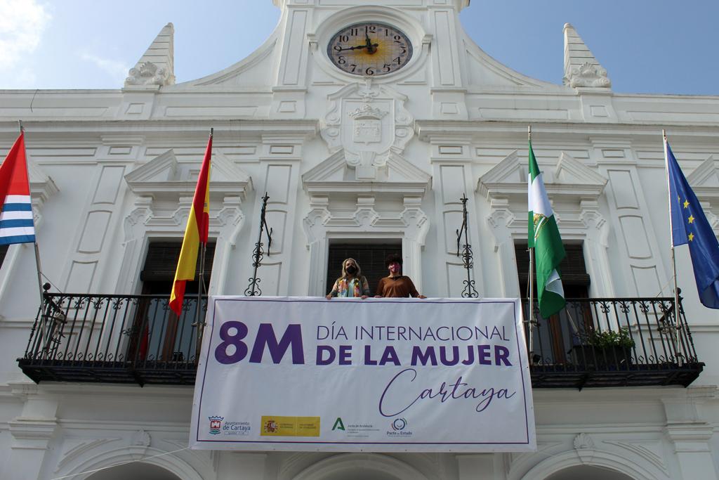 Cartaya coloca en la fachada del Ayuntamiento una pancarta conmemorativa del 8-M, con la que da inicio a las actividades entorno al Día Internacional de la Mujer.