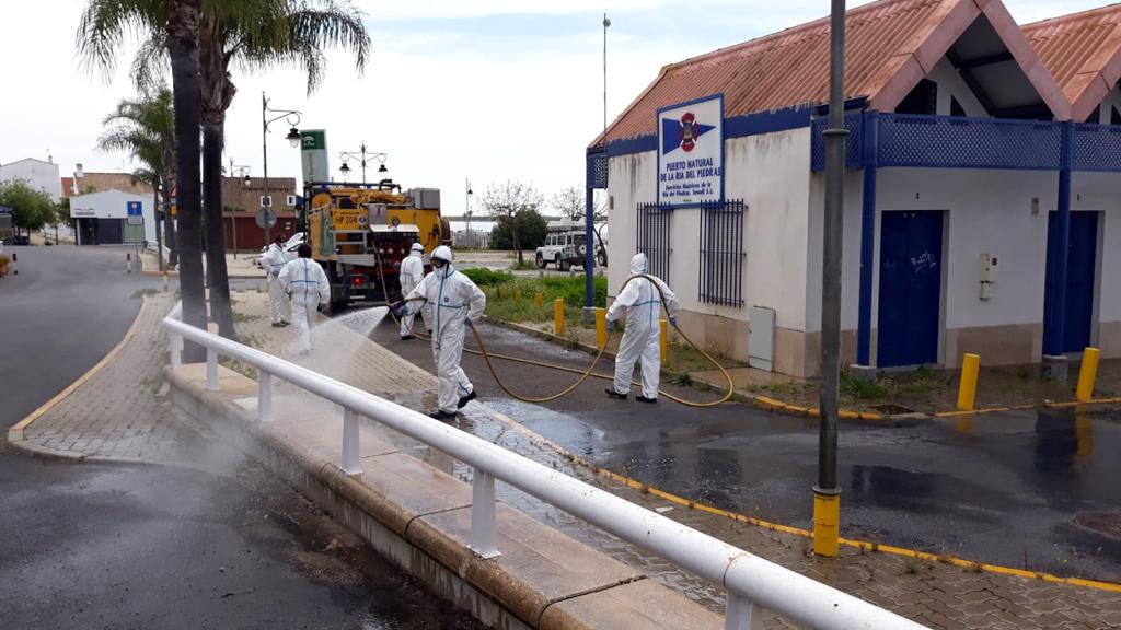 Nueva intervención del INFOCA en Cartaya, reforzando el dispositivo municipal de desinfección en el municipio.