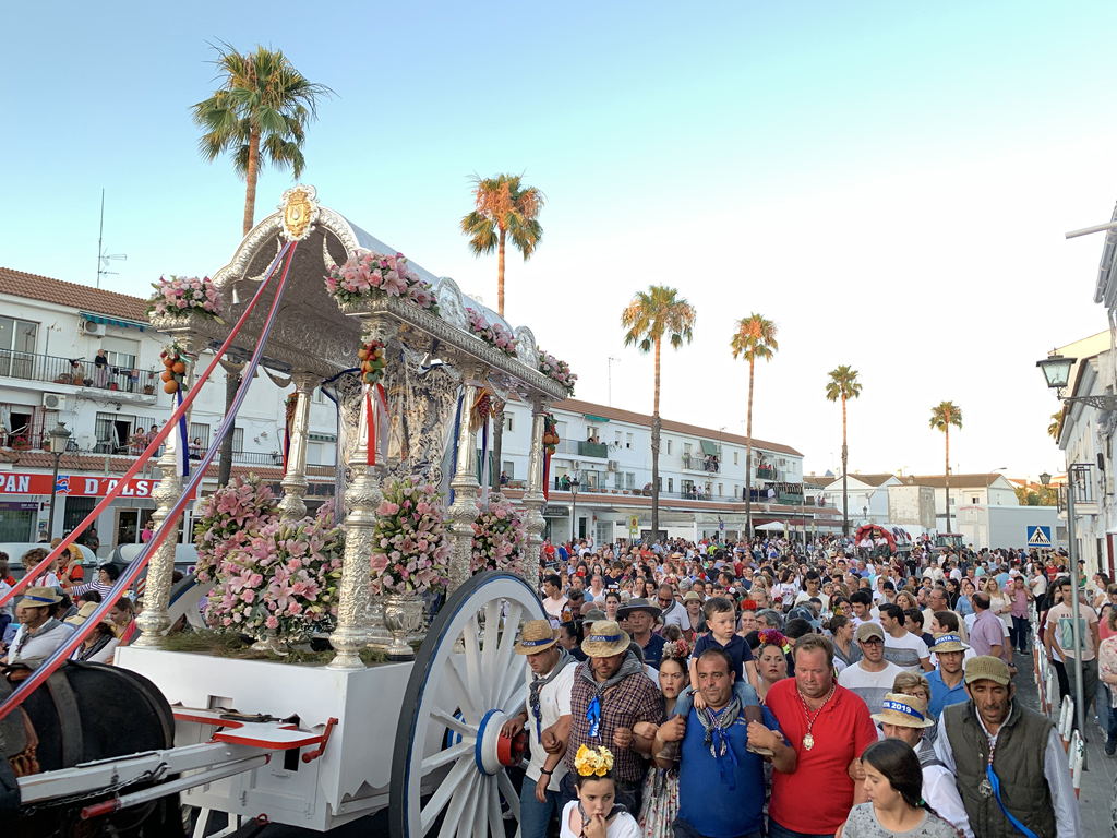 La Hermandad del Rocío de Cartaya llega al municipio arropada por numerosos/as cartayeros/as.