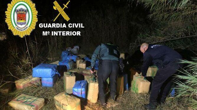Operación de la Guardia Civil y la Policía Local de Cartaya que se salda con la intervención de 85 faldos de hachís en una finca de Lepe la intervención de