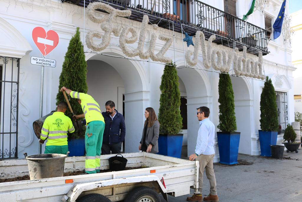 El Ayuntamiento ultima la decoración navideña