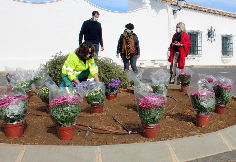 El Ayuntamiento de Cartaya repone con un millar de plantas las plazas y zonas ajardinadas de la localidad, en el marco de la campaña de embellecimiento del municipio.