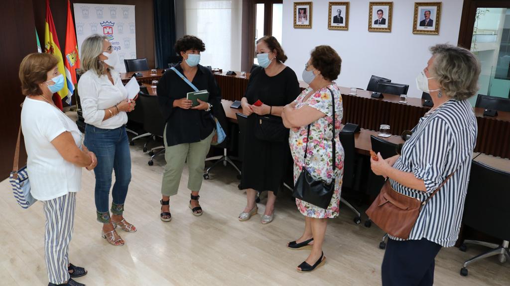 El Ayuntamiento se reúne con la Asociación de Amas de Casa 'Reina Sofía' para estrechar la colaboración y poner en marcha nuevos proyectos en la localidad.