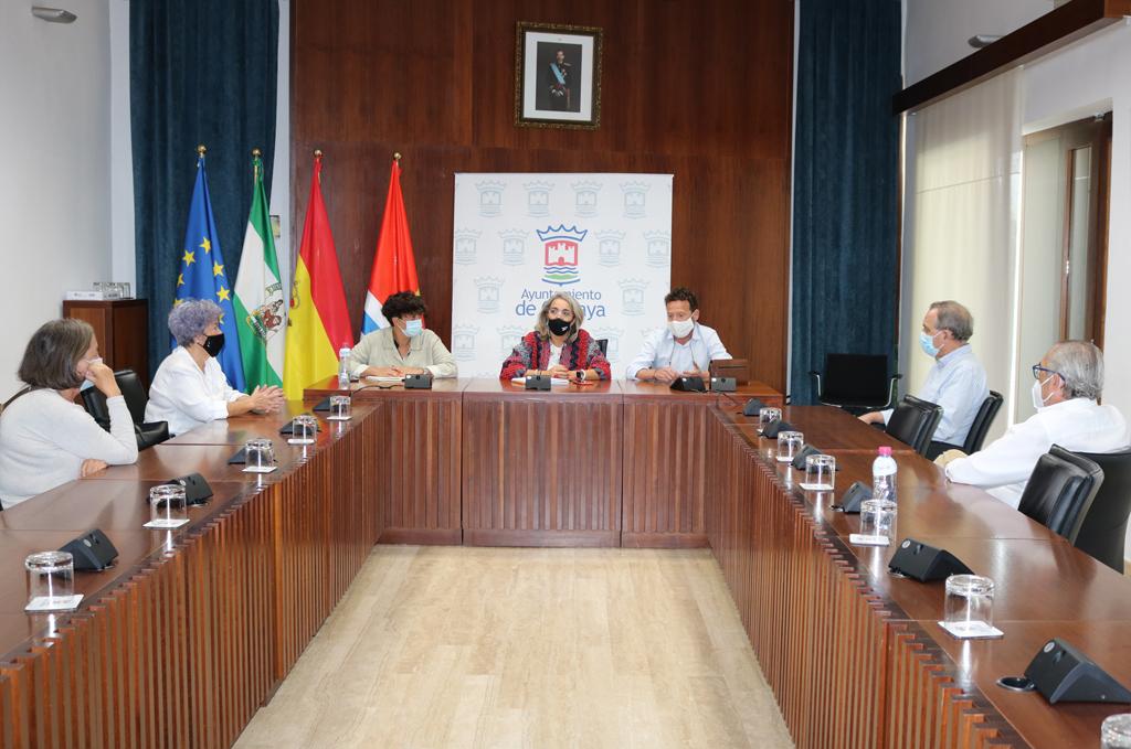 El Ayuntamiento de Cartaya estrecha la colaboración con la Asociación de Mayores de la localidad.