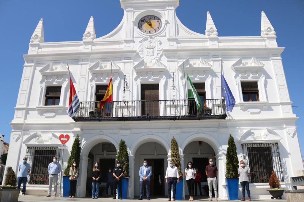 El Ayuntamiento de Cartaya se suma al duelo nacional, con un minuto de silencio a las puertas del Ayuntamiento.