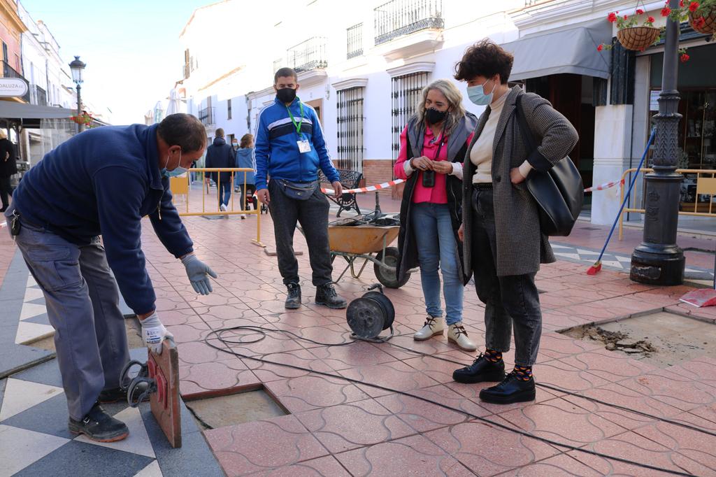 El Ayuntamiento de Cartaya repara la solería de la Plaza Larga