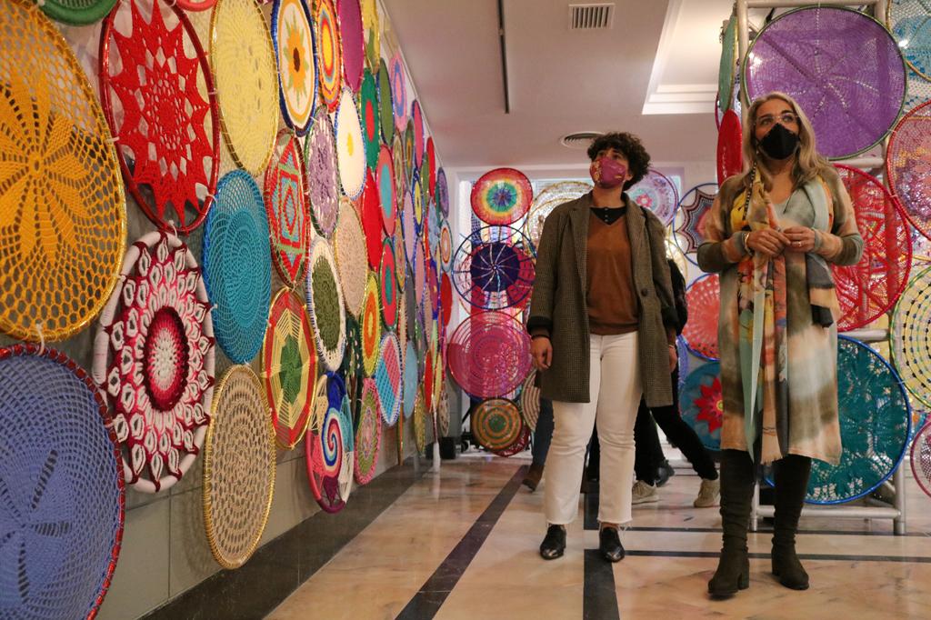 Más de 300 mujeres cartayeras tejen en red, y desde la sororidad, un entoldado de croché que llenará de colorido las calles más céntricas