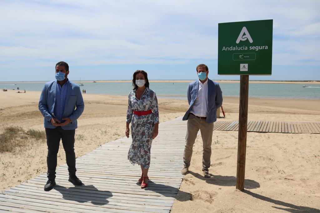 Visita de la Delegada de Turismo de la Junta en Huelva, María de los Ángeles Muriel a la Playa del Caño de La Culata, junto con el alcalde, Manuel Barroso, y el concejal de Turismo, José María Brito.