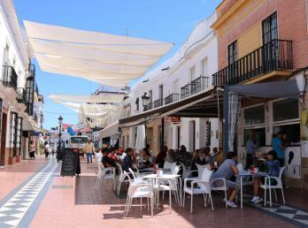El Ayuntamiento coloca el entoldado de la Plaza Larga