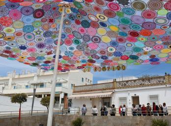 Más de 320 aros de croché elaborados por 40 mujeres dan color a la Plaza de los Marineros de El Rompido