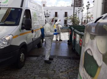 El Ayuntamiento de Cartaya, a través de la empresa concesionaria del servicio, URBASER, triplica el servicio de recogida de basuras y de desinfección y limpieza de los puntos de recogida.